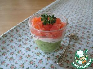 3 слой. Рыбу (100 гр) мелко нарезать.   Сложить слои в веррин (у меня 4 шт. по 100 мл) в таком порядке - авокадо, творог, рыба. Можно украсить зеленью.