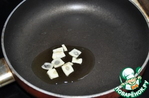 Prepare the garlic butter. On a hot frying pan, pour vegetable oil, put sliced garlic.  As soon as the garlic will flavor, remove it.