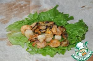 On lettuce put fried seafood.