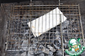 Directly on the picnic, put an envelope of pita bread on the grate of the grill and bake for 1 minute on each side on the coals.