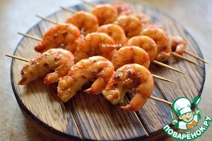 Still hot shrimp back into the bowl with the impregnation and dip them again or place them on a dish feed and walk with a brush soaked in hot shrimp;