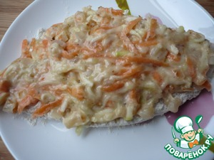 On each side of the fish, spread the prepared weight of carrots, zucchini, proteins and flour.