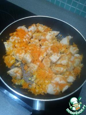 Лук нарезаем мелкими кубиками, морковь трём на тёрке, чеснок измельчаем и добавляем всё к мясу.