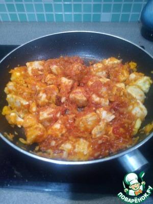 Добавляем 2 ст. ложки томатной пасты (можно мелко нарезаные помидорки если есть), тушим минут 5, а в это время кипятим чайник и чистим картошку.