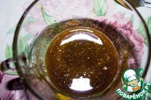 В миске смешиваем масло, перец черный, паприку, мускатный орех, куркуму, кориандр.