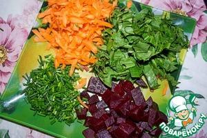 Отварную свеклу режем кубиками, морковь трем на терке, щавель режем полосками или просто рвем руками, лук мелко рубим.