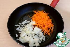 На сковороду добавить 3 ст. ложки растительного масла, добавить морковную соломку и порезанный полукольцами лук. Пассеровать овощи до легкой золотистой корочки.