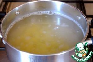В бульон с перловкой добавить картофель. Варить картофель до состояния Al dente.