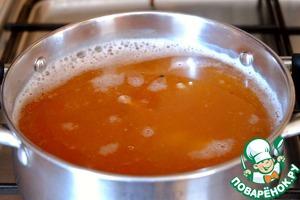 Затем добавить консервы, черный перец горошком (5 шт.), соль и черный молотый перец по вкусу.