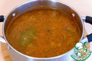 """Суп """"Рыбацкий"""" с перловкой и консервами в томате готов."""