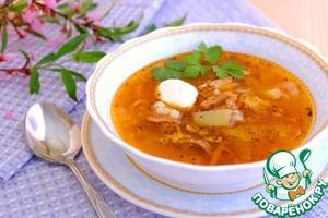 Суп разлить по тарелкам, добавить сметану и свежую зелень.      Приятного аппетита!
