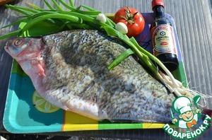Рыбу почистить от чешуи, удалить жабры и обрезать плавники.