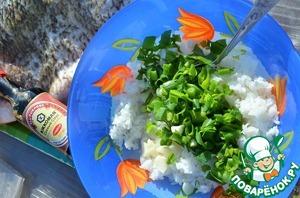 Включить духовку на разогрев.    Вареный рис смешать с рубленным зеленым луком и чесноком.
