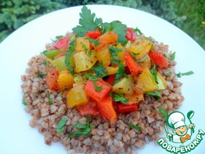 Remove the bag of buckwheat, give a little to drain the water, spread it on a plate, top with Ratatouille of vegetables. Sprinkle with parsley.  Very tasty, flavorful and fast.