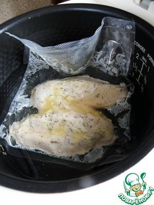 Опустить пакет в чашу мультиварки и забыть про него на 50 минут. Спустя положенное время вынуть пакет, осторожно вскрыть и выложить горячее нежное филе на тарелку.