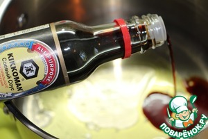 Mix sesame oil and soy sauce, pour the wine and lemon juice. Add sugar and ginger, wait until the sugar is dissolved.