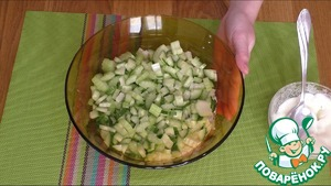 3. Cucumber and celery cut into small pieces and lay out the second layer. This layer also potseluem and mayonnaise.