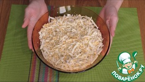4. The third layer of grated eggs. Salt and grease with mayonnaise.