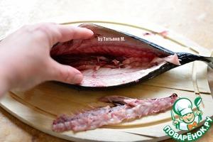 Пальцами отодвинуть хребтовую кость, отделить ее от мяса и отрезать ножницами у хвоста и головы.
