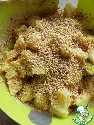 Яблоки очистить и нарезать средними кубиками. Добавить в тесто яблоки и кунжут, перемешать лопаткой.