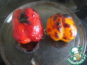 The oven heat up to 220 degrees, peppers (3 pieces) wash and bake on a baking sheet for 15 minutes on both sides. Remove and wrap in aluminum foil for 15 minutes