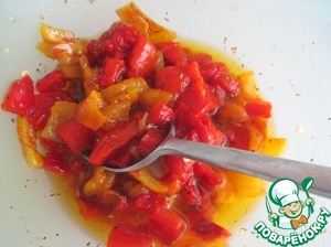 Перцы очистить от кожуры и семян, мелко нарезать, смешать с заправкой и поставить в холодильник минимум на 3 часа.