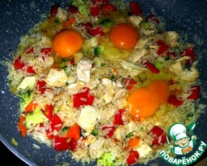 Then put the chopped garlic and  smashed eggs. The contents of the pan mixed  and fried about 10 minutes.