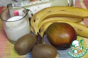 Наши продукты. Сыворотка свежая, двухдневная.    Бананов можно положить и два, тогда напиток получится более густой.    Нам хватило одного.    Фрукты моем, чистим, нарезаем на небольшие кусочки.