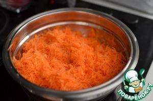 Морковь помыть, почистить, натереть на мелкой тёрке. Выложить морковь в сотейник, добавить примерно треть стакана воды и слегка потушить несколько минут. Откинуть на дуршлаг, остудить.