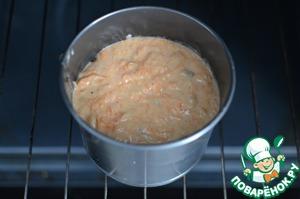 В заранее подготовленные формы выложить тесто примерно на две трети. Выпекать в заранее разогретой духовке при 180 градусах. Готовность проверить деревянной лучинкой, она должна выходить сухой из середины кулича.