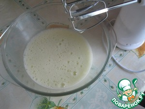 Beat the egg, add the yogurt and baking soda, beat with a mixer.