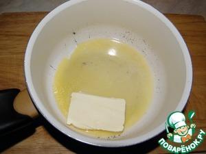 Сначала в кастрюльке растапливаем сливочное масло (дно толстое)