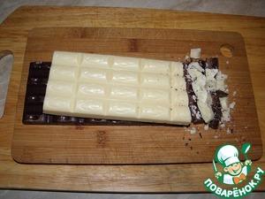 Шоколад раскрошить на маленькие кусочки