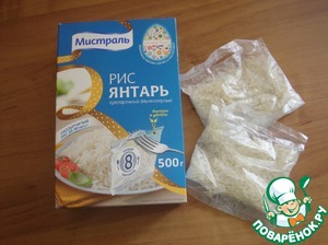 Boil hard boiled eggs or cook them in advance. In parallel, cook the rice in the bags as recommended on the package.