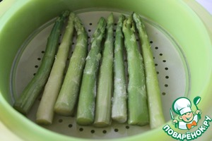 In a saucepan, pour a little water (about 0.5 liter), bring to a boil, pour in the juice of citrus and set in a saucepan steamer with asparagus. A little sprinkle asparagus with sugar. Cover with a lid and cook on citrus couple for 5-7 minutes. If you are using white asparagus, it will need to cook longer - 10-15 minutes.