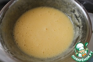 In a bowl, mix 0,5 tbsp water and vinegar. Salt. Pour the mixture to the yolks along with the melted butter. Whisk.