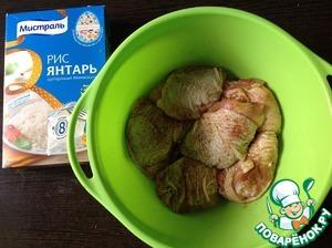 Куриные бёдра помыть, обсушить салфеткой, посолить, поперчить, добавить приправу для курицы.