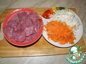 Meat cut into medium-sized pieces (closer to large), carrots grate or slice, onion cut into quarter-rings.