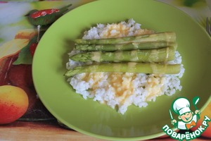 Meanwhile, the rice and asparagus were cooked. Take out rice from a bag, spread on plates. Put on top of the asparagus, pour cream sauce. Ready! To make the dish more hearty, you can add slices of pre baked or boiled chicken breast. But without the meat very good - help yourself!