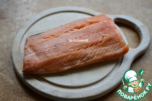 I have here a salmon fillet with skin, which is of course to remove;