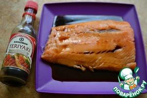 Залить филе Терияки, вмассировать соус в кусок и оставить на 30 минут, иногда переворачивая;
