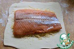 На сыр выложить рыбу;