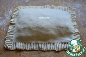 Лишнее тесто можно отрезать, края прищепнуть вилкой;