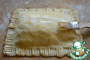 This mixture to cover the top of the pie, then place the oiled part of the grill from the grill, brush the other side;
