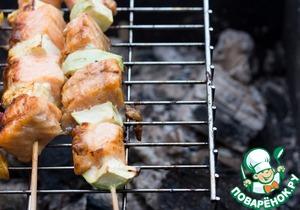 Готовить шашлыки на нежарких углях на решетке по 3-4 минуты с каждой стороны, периодически смазывая смесью масла и соевого соуса.