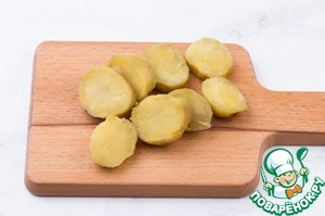 Potatoes wash, boil in their skins in salted water until almost cooked.  It is important to boil so that the potatoes cut into plastics and he collapsed.  It is better to take medium or small potatoes.  Large plastics under its weight will rotate on the skewer. Potatoes peel and cut into laminates with a width of about 2 cm.