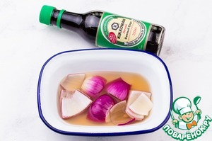 Onions pour boiling water, add the juice of half a lemon and 2 tablespoons of soy sauce. Leave to marinate at least 10-15 minutes.
