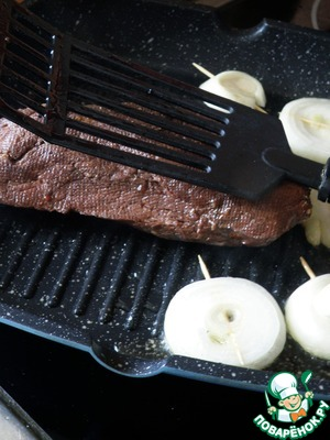 Preheat the grill pan and quickly fry the meat for 15 seconds on two sides, slightly pressing the meat with a spatula.  The goal is to get a beautiful crust and just add the flavor of the roast, but in any case not to warm up the meat too much.