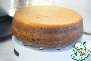 Готовый кекс вытаскиваем с помощью чаши для варки на пару и полностью остужаем. По желанию посыпаем кекс сахарной пудрой или растопленным шоколадом.