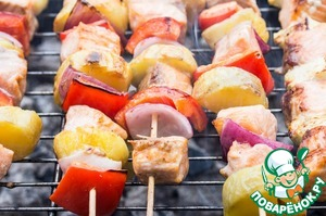 Cook on moderately hot coals on the grill for 3-4 minutes on each side, periodically lubricating the mixture of oil and soy sauce.  If the coals are hot, othervice a big part in the side, leaving only a small layer of charcoal at the bottom.